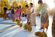 Du khách ngồi tù vì đi giày trong chùa ở Bagan