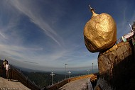 Hòn đá vàng Chênh vênh đầy nguy hiểm ở Myanmar