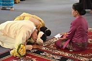 Lạ lùng tục kết hôn nhờ bói gà tại Myanmar