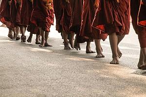 Độc Đáo Đi Chân Trần Viếng Chùa Myanmar